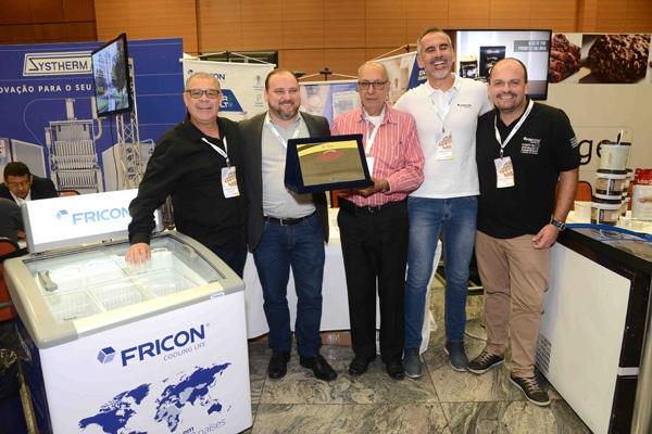 Empresa Fricon com o homenageado pelos 50 anos José Eustáquio - Sorvetes Amaretto